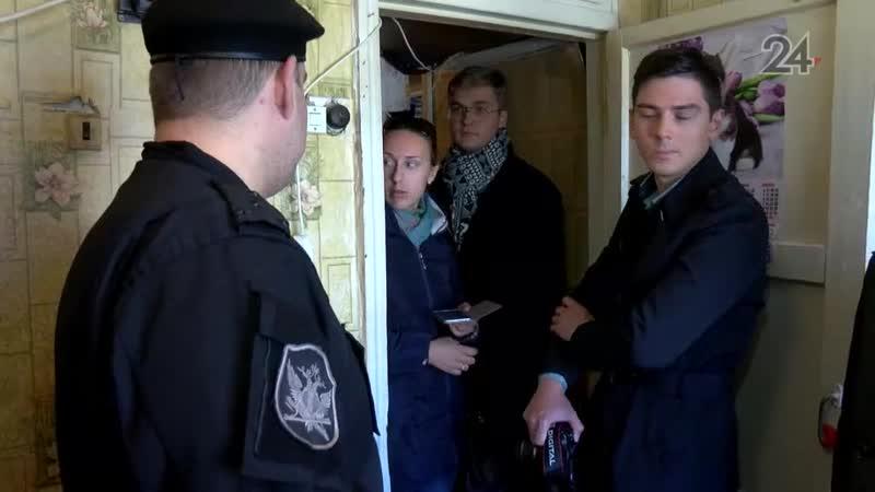 Семья, которую выселили из аварийного дома, подала на приставов в суд