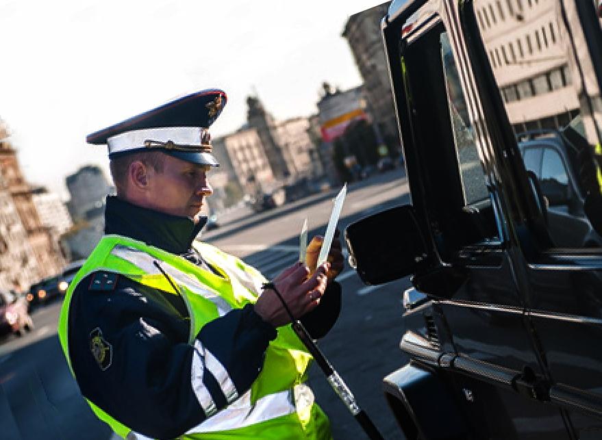 Инспектор остановил и требует дать ключи для погони за нарушителем. Как быть?