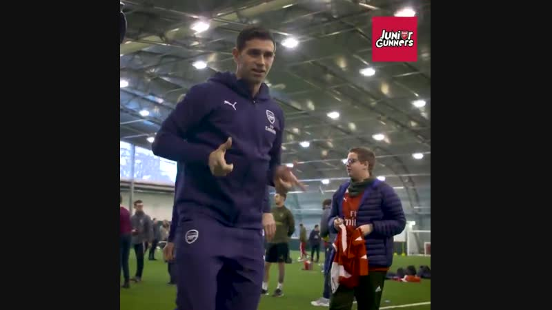 What happens when you invite 1️0️0️ Junior Gunners to meet the @Arsenal first team ... JGN