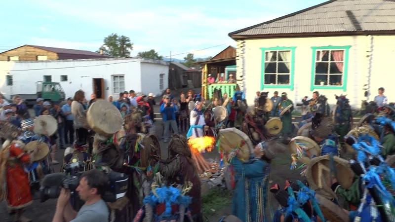 Камлание шаманов на открытии Международного съезда, июнь 2018 г
