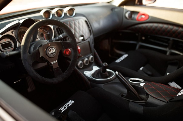 Nissan 370Z сменил атмосферник на битурбо «шестерку» с «механикой». На тюнинг-шоу SEMA в Лас-Вегасе дебютировал «заряженный» вариант спорткупе Nissan 370Z – Project Clubsport 23. Он оснащен