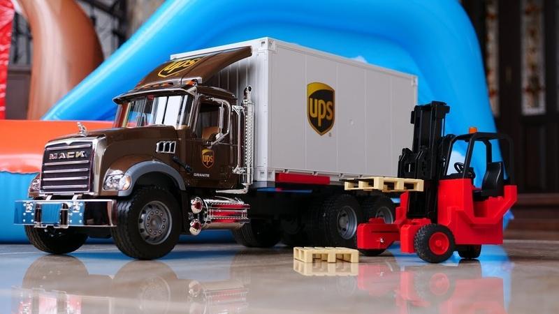 Yardımcı arabalar. Yeni oyuncak kamyon ile oynuyoruz. Oyuncak açılımı.