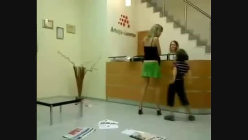Малой содрал с матери юбку