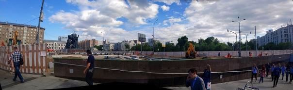Панорама на стройку возле метро 1905 года  Уже облицевали стену подземелья, покрасили борта зелёным и начали возводить скаты из клумб.  21 июня 2018