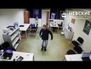 Камеры сняли трусливого вора, обирающего офисных работников в центре Петербурга