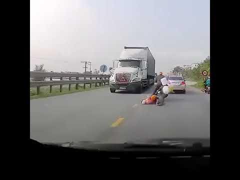 В миллиметре от сметри под колесами грузовика