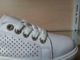 Модные кроссовки в дырку