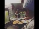 Денис пытается печь блины