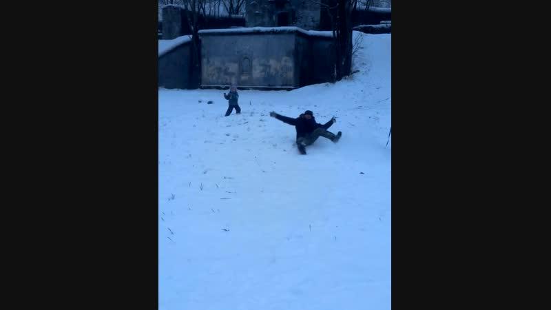 Показал сыну,как нужно правильно кататься)) маленький пример из нашего детства))