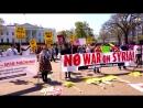 Немногочисленная, но шумная акция протеста против удара по Сирии прошла прямо перед Белым домом.