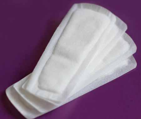 Женщины с темными выделениями из влагалища могут использовать макси-прокладки для защиты нижнего белья