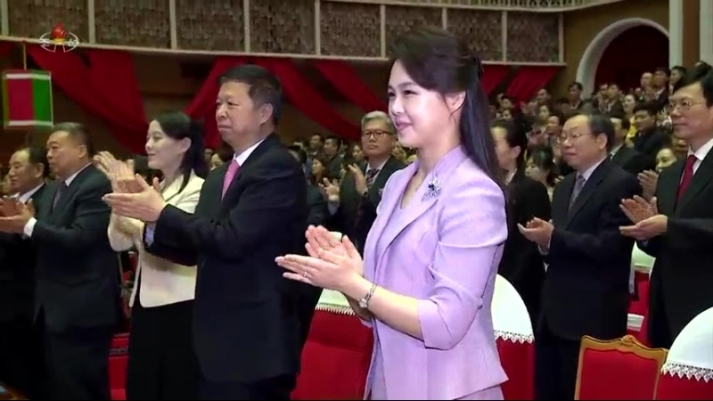 존경하는 리설주녀사께서 당과 정부의 간부들과 함께 제31차 4월의 봄 친선예술축전에 참가한 중국예술단의 공연을 관람하시였다