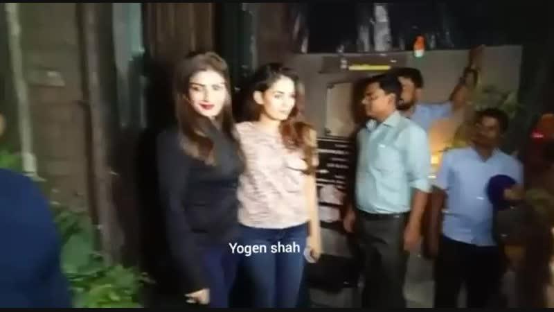 Равина Тандон со своим мужем и Шахид Капур со своей женой Мирой Капур отужинали сегодня вместе в ресторане Pali Village Cafe в п