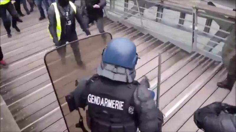 Экс чемпион Франции по боксу побил полицейского