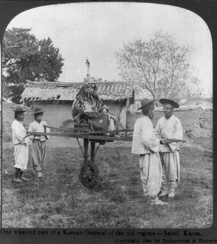 Бывший генерал корейской армии династии Чосон со слугами, Корейская империя, 1904 год.