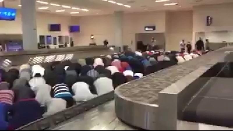 Trump wollte die Einschüchterung von Muslimen die seine eigenen Flughäfen in Moscheen und mṣlyạt sich