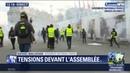 Gilets jaunes à Paris: des individus lancent des projectiles devant l'Assemblée nationale