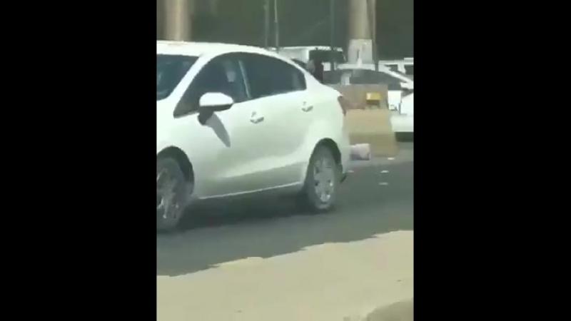 Arabie Saoudite : 5 musulmanes en burqa se battent violemment au bord d'une autoroute, l'une d'elles fait tomber son enfant