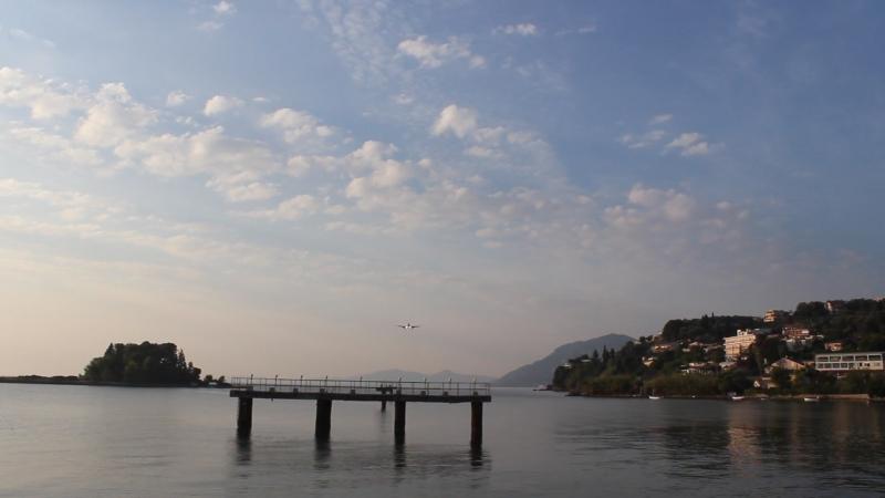 Самолеты прям над головой садятся на посадку в аэропорту Керкира