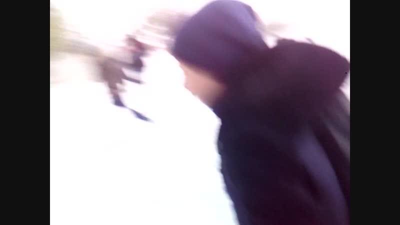 кидаю снежок в одноклассницу