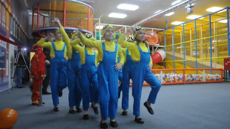 Танец миньонов на открытии имиджевой комнаты МЧС (Витебск)