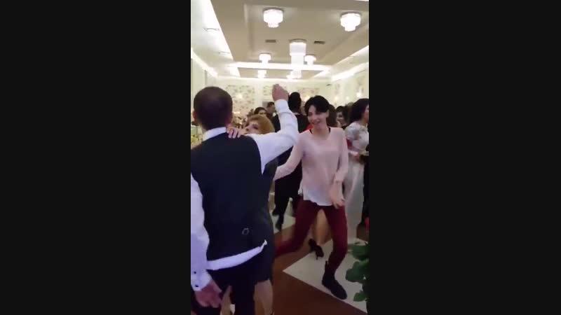 Ревнивая грузинка мешает мужу танцевать на свадьбе с другими. Мужчина решил немного потанцевать с молодой девушкой в розовой коф