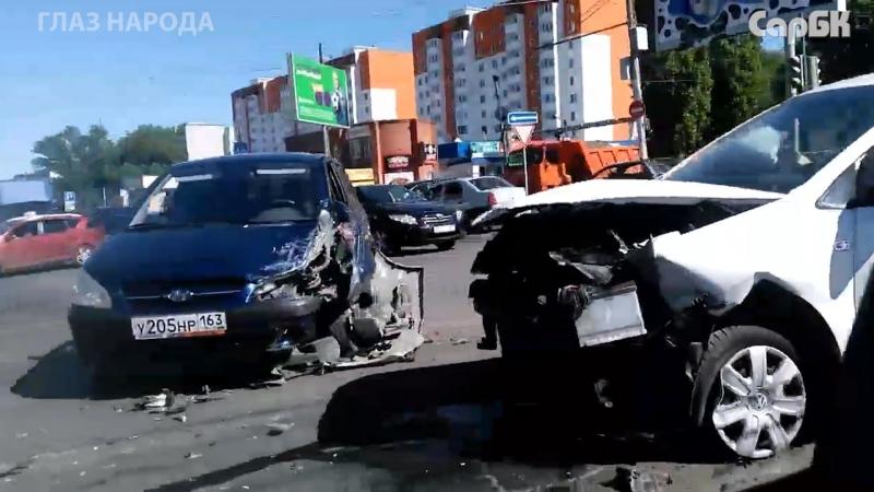 Столкновение двух машин на перекрестке