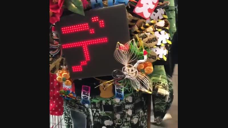 タナゴさん @1_design の凛々しいお姿すごいHack Dayのマークまで流れてます - つくるってたのしいね LED