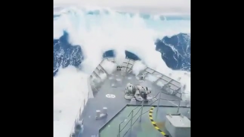 Недалеко от Антарктиды, в т.н. Южном океане военный корабль Новой Зеландии