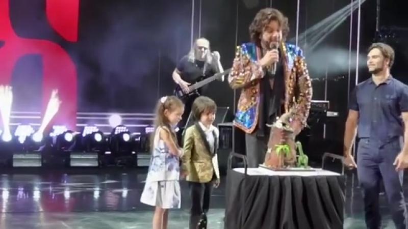 Сына Киркорова поздравляют с днем рождения на концерте в Тель Авиве
