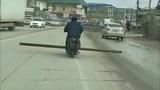 Парень на скутере везёт 4-метровую трубу
