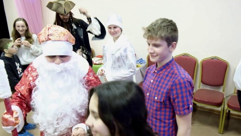 Капитан Джек Воробей со своей командой. Поздравил с наступающим Новым Годом детей.