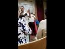 С дочкой танцуем медленный танец на выпускном
