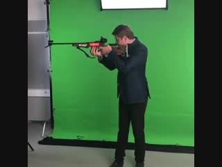Дмитрий Губерниев стреляет из биатлонной винтовки (октябрь 2018)