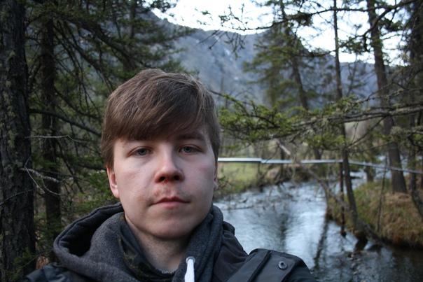 Хотел сделать селфи на фоне реки. Но совершенно не подумал, что на носу осталась кровь.