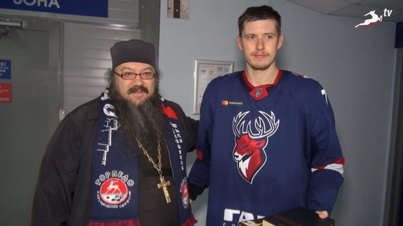 Отец Алексей поздравляет Михаила Орлова с Днем рождения