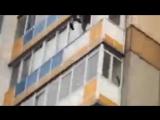 В Красноярске мужчина выпал с 10-го этажа, отбиваясь от полицейских