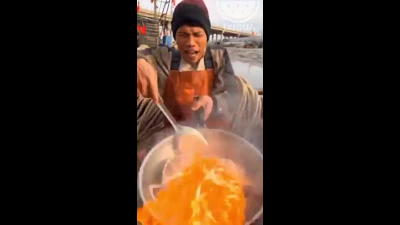 Вот так готовят морепродукты в азии🍜