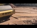 Уплотнение песка грунтовым катком основания фундамента в Сосновом Бору!