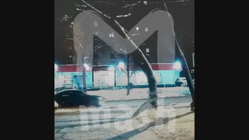 Гололед в Москве: водитель сбил девушку на пешеходном переходе