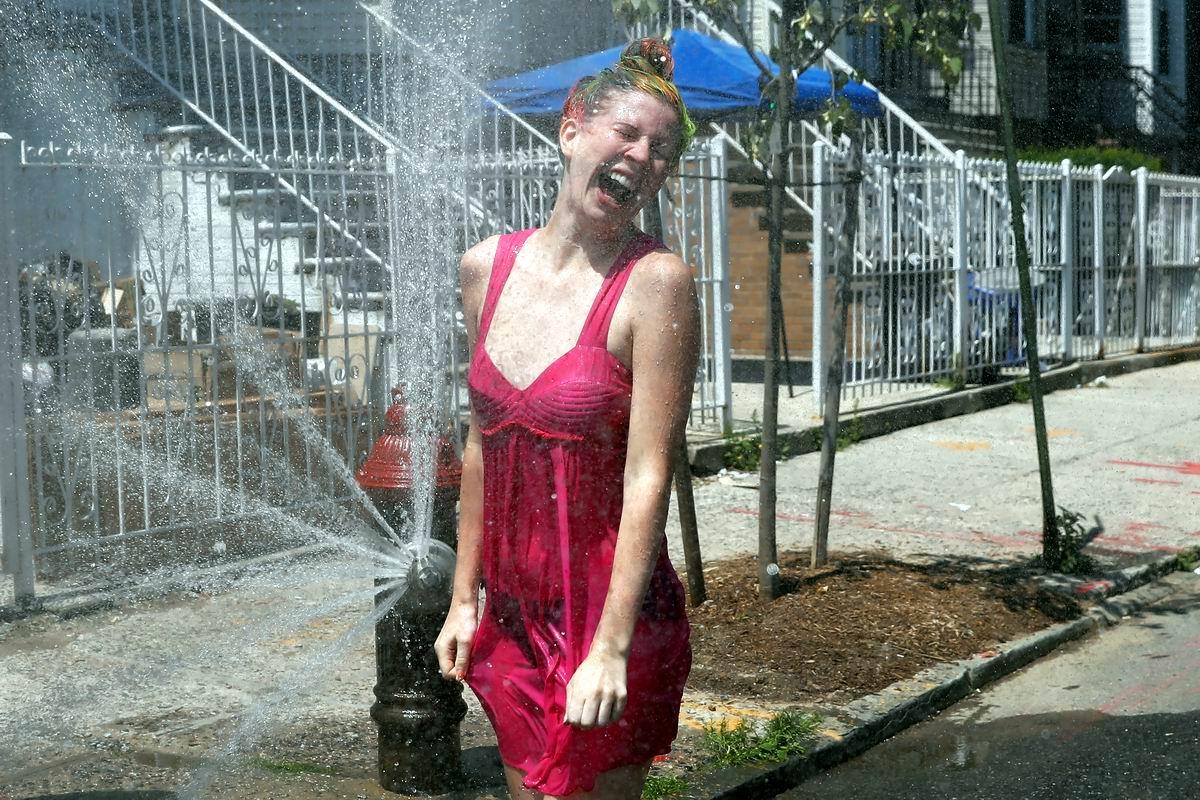 А я стояла у фонтана: Купальный сезон на улицах Нью-Йорка