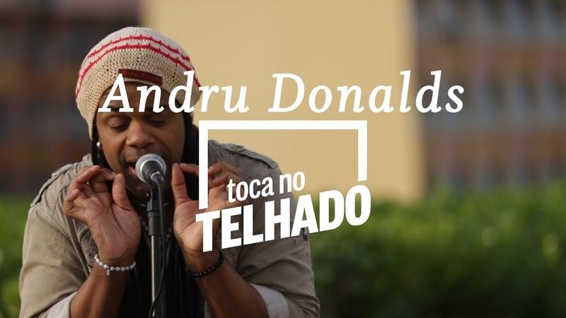 Andru Donalds toca 'Save me now' no telhado do Globo, no Rio de Janeiro