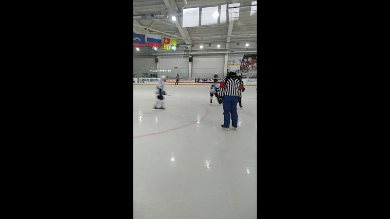 Прямо сейчас в Спортивном комплексе Юность проходит календарная игра я Первенство Мурманской области по хоккею среди юношей ме