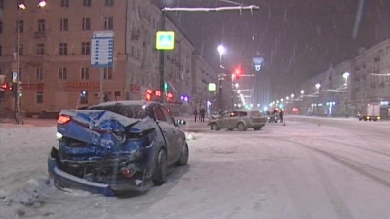 Киа залетела по снегу под Форд и убила светофор