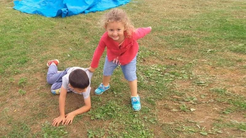 Hırsız Polis Oynayan Küçük Kız
