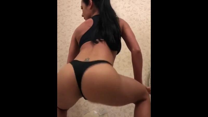 Отпадно вертит попкой (порно, секс, эротика, попка, booty, anal, анал, сиськи, boobs, brazzers)