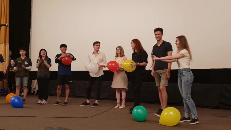 Победитель конкурса лопает шарик!)