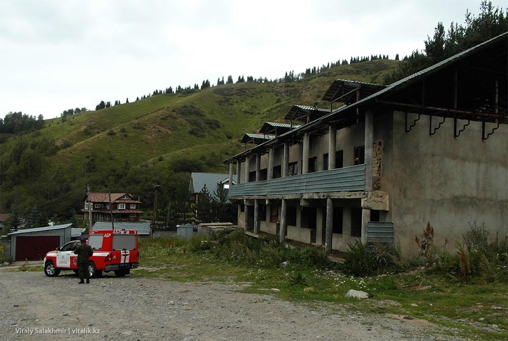 Заброшенный дом по дороге в Комиссароское ущелье 2018