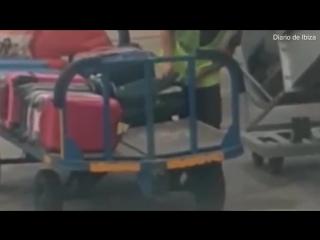Наглость 80-го уровня в аэропорту Ибицы грузчик в наглую ворует вещи