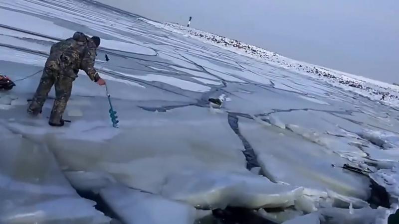 Как волна ломает лёд под рыбаками.